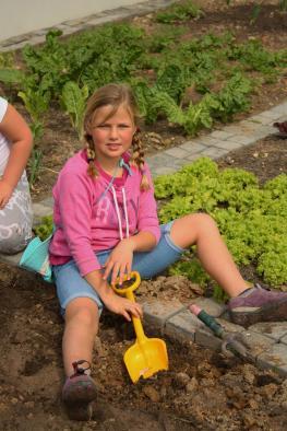 Grade-1-Gardening-Outing (24)