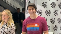 ‪san Diego Comic Con 2019 – Caity Lotz And Brandon Routh At Wb Booth