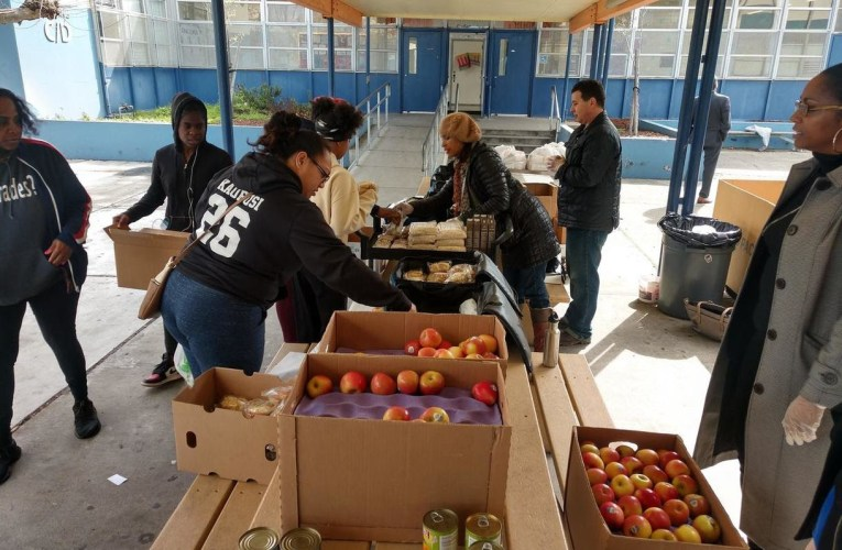 """Oakland Schools OUSD Serves 25,000 Breakfasts and Lunches On First Day Of """"Grab And Go"""""""