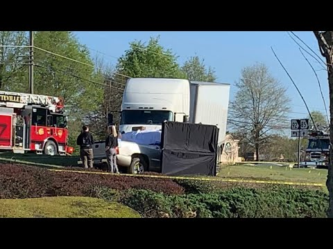 Big Rig Truck Hits Small Pickup In Front Of Kroger's On I-85 Near 92 In Fayetteville GA – UPDATE