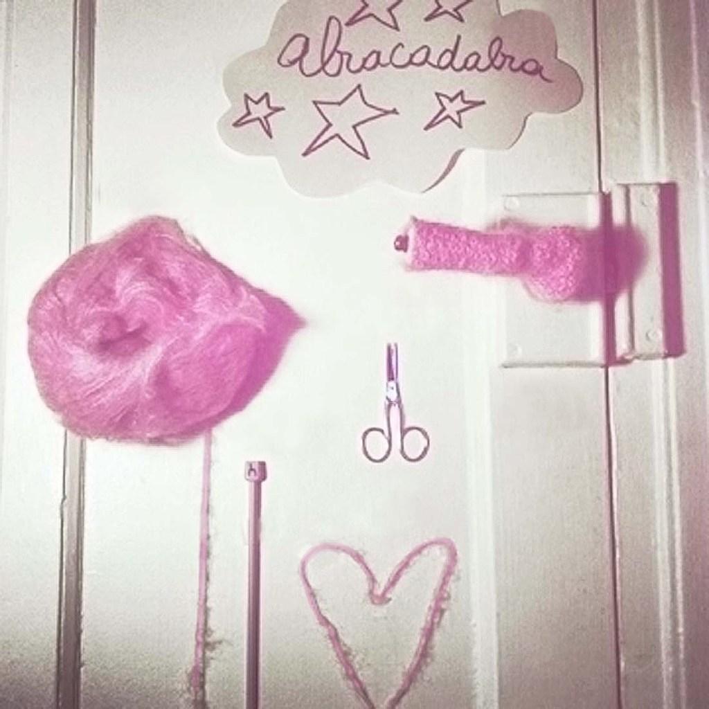poignee de porte en laine rose