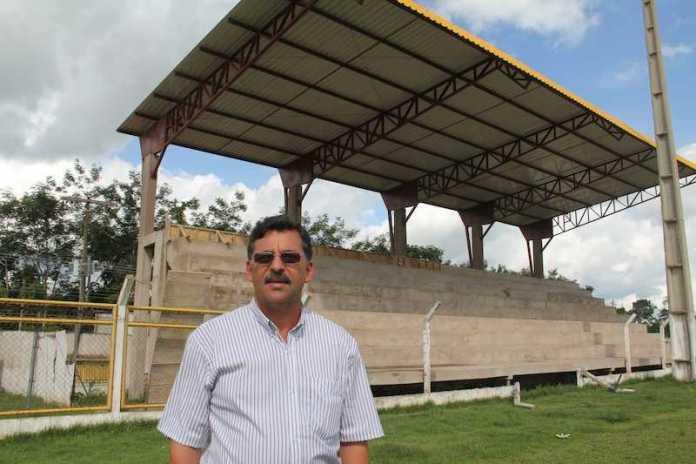 José Ronaldo visita obras do estádio de futebol de Epitaciolândia