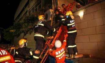 Resgate usou escada para tirar mulher do prédio Foto: STR / AFP