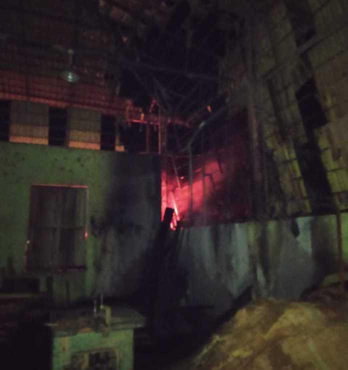 Vídeo: Bombeiros evitam que fogo consumisse marcenaria em polo moveleiro de Brasiléia