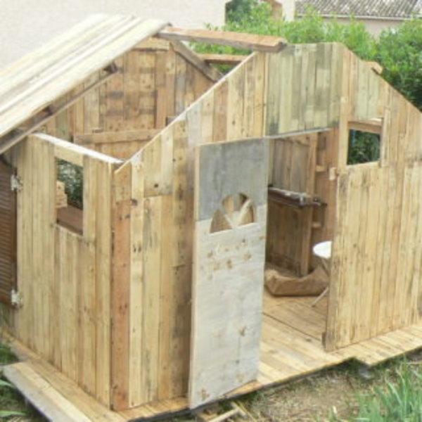 une cabane pour enfant en palettes