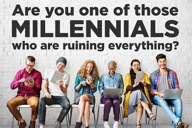 Tinerii generației Millennials cu telefoane fericiti