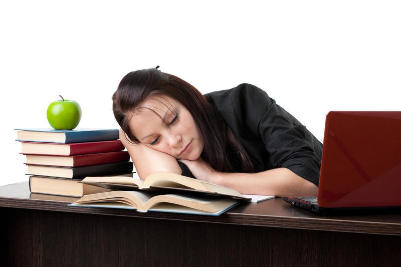 femeie obosita la birou