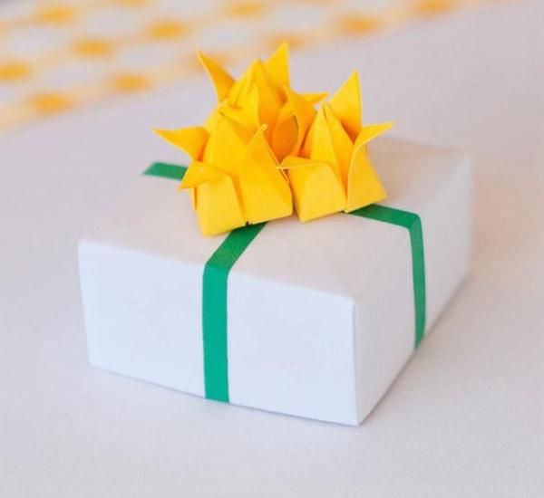 Wedding-Favour-Boxes-Handmade-Origami-Daffodils-Boxes-White-Yellow-Green-Lorna-Elizabeth-Photography-Oast-House-Gifts
