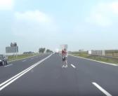 VIDEO | Mężczyzna z dzieckiem na ręku wtargnął pod autobus. Samobójca?