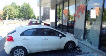 79-letni kierowca chciał zaparkować, a wjechał do sklepu.