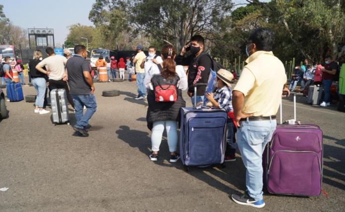 Impotencia de turistas y 36 vuelos cancelados, saldo preliminar por bloqueo  al aeropuerto de Oaxaca | Oaxaca
