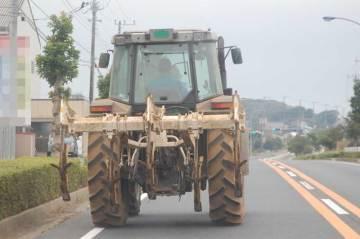 国道で目の前を走る巨大(近所のものに比べれば・・・の話ですが)トラクター