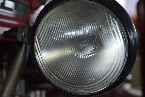 スッキリしていて大きなヘッドライト。レンズカットが下部分がUの字で少し変わっていて、そこがきれいです。