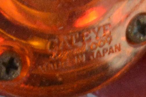 拡大してみると、ウインカーに初めて銘を見つけました。CATEYEです!灯火類は日本で追加されたみたいですね。