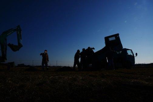 あ!別に夜になっちゃったわけじゃないですよ。田んぼに降りて「作業しているみんながシルエットにならないかな?」と思って逆光で撮った写真です。
