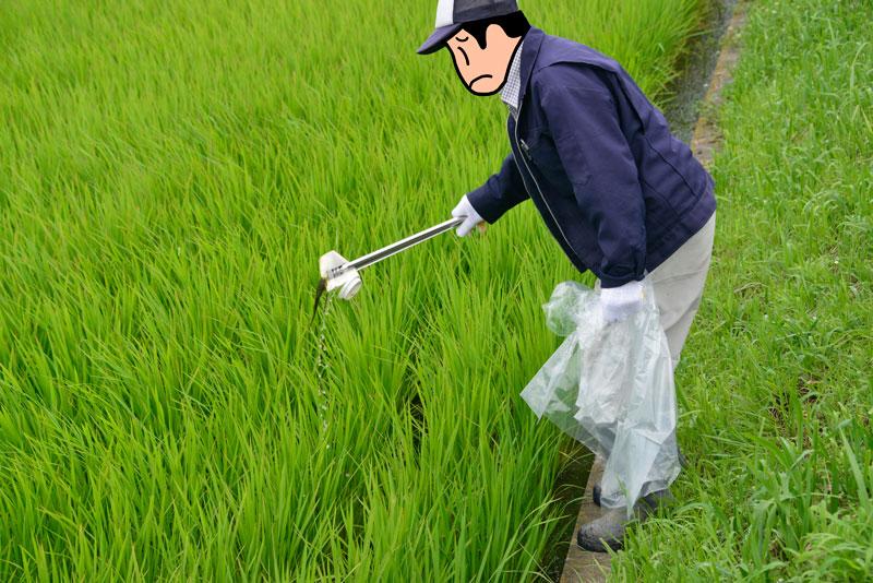 草刈りが一通り終るとゴミ拾いです。相変わらず道路沿いの農地にはゴミが・・・