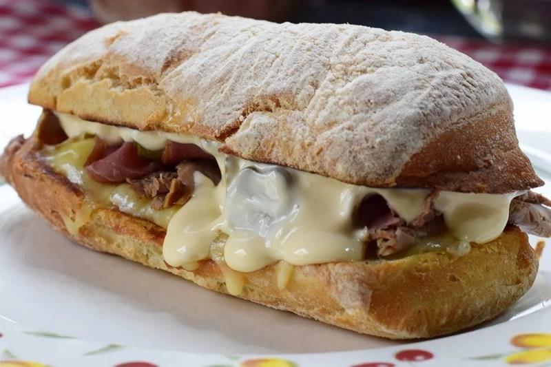 Sanduíche de rosbife e pastrami