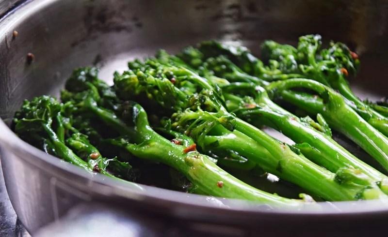 Brócolis com alho tostado