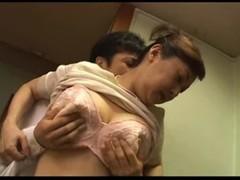 手マン攻めで腰砕けになる五十路美熟女母のおばさん動画