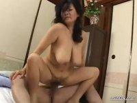 五十路熟女が爆乳を揺らしてセックスしてるヘンリー塚本の塾女性雑誌50代 動画