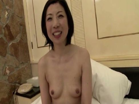 40代の貧乳おばさんがホテルで生セックスして中出しをおねだりしてるjyukujo50.com