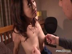 乳首が性感帯なマダム系五十路熟女が隣人と浮気セックスしてるオバチャンノ-パン