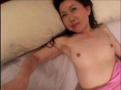 貧乳な五十路熟女のおばさんがおもむろにちんぽを触りだし体を絡ませ濃厚セックスしてる高齢熟女動画