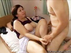 豊満熟女の爆乳おっぱいに興奮した息子と近親相姦セックスしちゃうおばさん動画