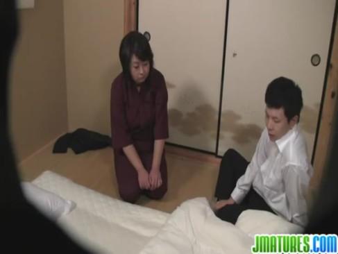 旅館の豊満おばさん仲居が客に難癖をつけられて身体を弄られる!おまんこを弄られても全く反応しないマグロ女のjyukujo動画