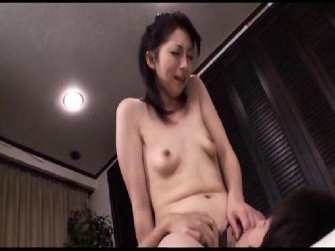 50歳の貧乳おばさんが隣人の男を誘惑して浮気セックスで大興奮してるおまんこ動画無料