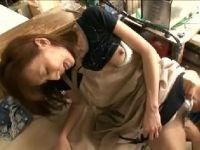 美人なパートの主婦を接客中に襲いおまんこを弄られぐっしょり濡らして感じていく熟女セックス動画