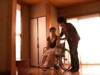 怪我をした母を介護する介護士が欲情し豊満な母も受け入れセックスしまくる爆にゅう動画yu-tyubu おばさん