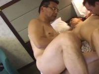 豊満な熟女の妻をシェアして3Pセックスを楽しむ熟年夫婦の個人撮影動画