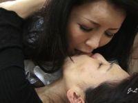 欲求不満な熟女妻達が舌を激しく絡ませてレズプレイで感じていくおばさんの動画