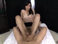 美人な熟女女優澤村レイコが淫乱なS女になって男達を責めていくおばさんの動画