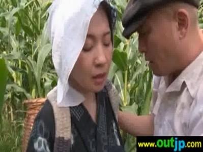 農作業中に発情した熟年夫婦が青姦を始めてるおばさんの動画