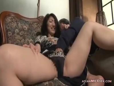 五十路熟年女ひとずまが夫との激しいセックスでイキまくるおばさんの動画