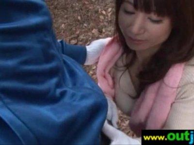 山菜採りの最中にチンポをしゃぶる四十路熟年女のおばさんの動画