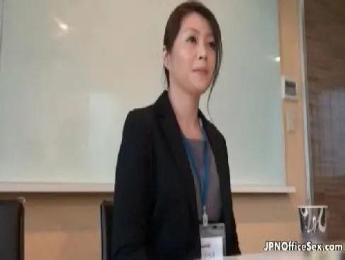 OLとして働く40歳の熟女人妻がお昼休みにアダルトな性交でおめこを濡らすjyukujo おばさん動画無料