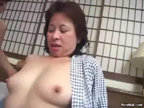 田舎の60代の色白老女が複数性交を体験してまんこを濡らしてる還暦熟女動画無料
