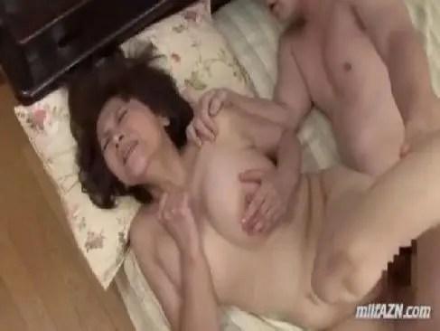 田舎の60代の未亡人が近親相姦で激しくおまんこを嵌められて悶えるおばさんのセックス動画無料