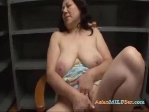 60代の高齢者の夫婦生活に不満を覚えておめこや陰核を弄る豊満還暦熟女のjyukujo動画画像無料