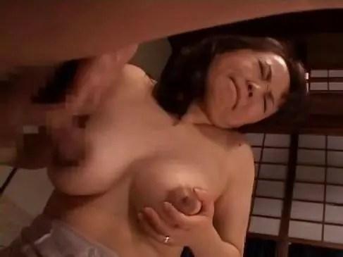 50代の熟年夫婦の性生活をしてる五十路豊満熟女妻がおまんこに生出ししてるおばさんの動画