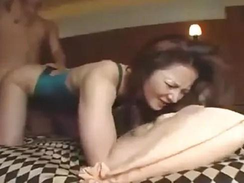 水着姿のままでハメ撮りセックスしている美人な昭和のおばさん風熟女のおばさん動画