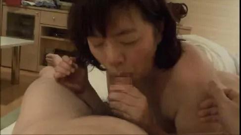 六十路熟女のおばさんがカメラ目線でちんぽを舐め男に跨り生のままおまんこ挿入する無修正おばさん動画
