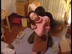 同居している娘婿のちんぽを舐めだす淫乱な美熟女の義母が激しく絶叫しながら悶える無修正おばさん動画