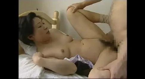 足の不自由な熟女が中年ヘルパーに性欲処理してもらうおばさんのヘンリー動画