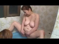 六十路の豊満なおばさん体型の母が息子と一緒にお風呂へ入り自分の体で性教育しちゃうおばさん動画