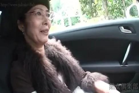 六十路のマダムがおまんこを弄られ激しく悶えるハメ撮り撮影の無修正動画