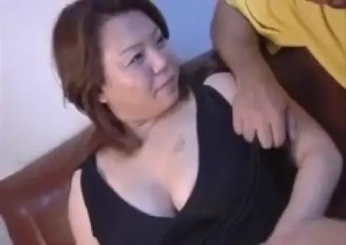 豊満な熟女とイチャイチャしながら体を弄繰り回す無修正おばさん動画